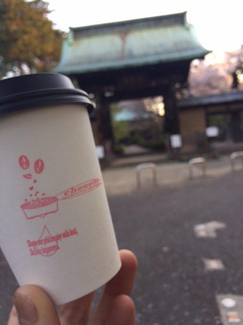 豪徳寺をバックにテイクアウトコーヒー