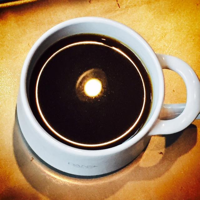 コーヒーに映るライト