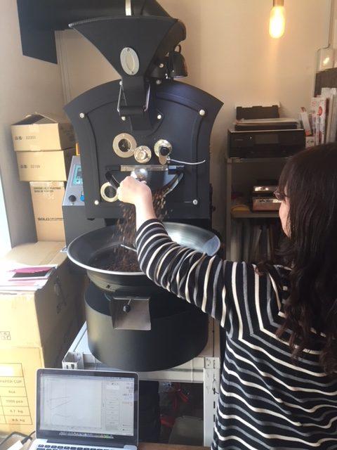 コーヒーの焙煎を体験