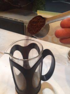 フレンチプレスにコーヒーを入れる