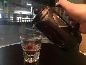 ゆっくりとカップに注ぐ