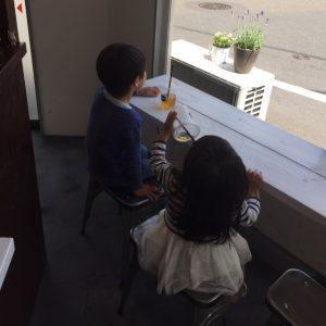 子供達がジュースを飲む風景