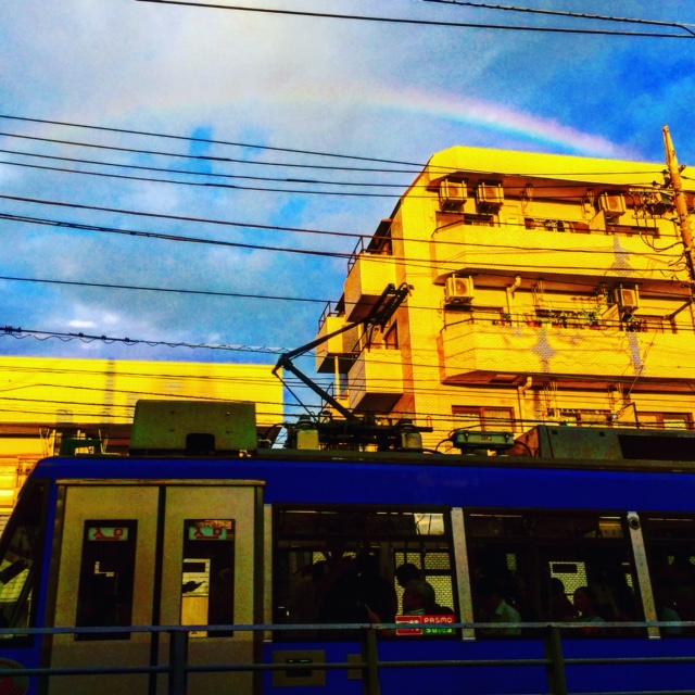 世田谷線の電車と虹