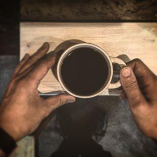 両手で持ったコーヒーカップ