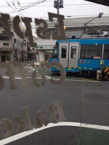 店内から見える世田谷線
