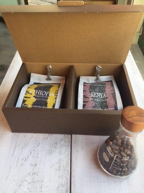 プレゼント用に箱詰めされたコーヒー