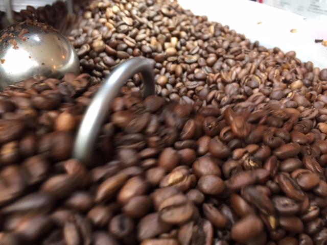 コーヒー豆を冷却中