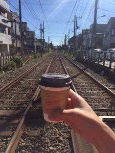 コーヒーと線路と青空