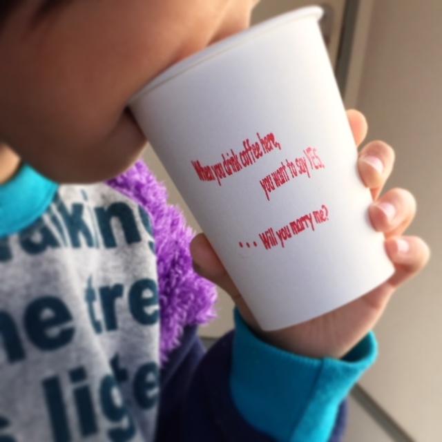 コーヒーを飲む男の子