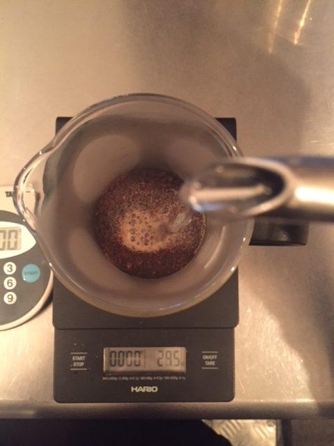 フレンチプレスでコーヒーを抽出